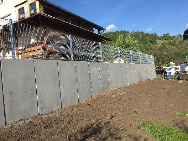 Die neu errichtete Winkelstützmauer