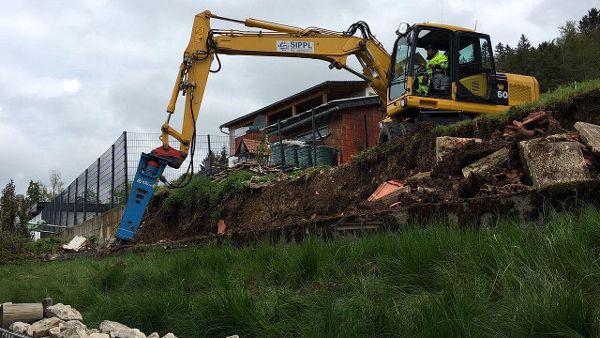 Auch die Fundamente der alten Stützmauer werden abgebrochen