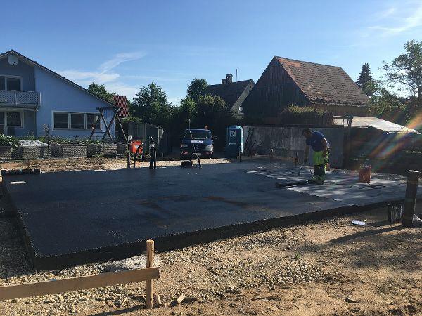 Auftragen der Schweißbahn zur Abdichtung der Bodenplatte