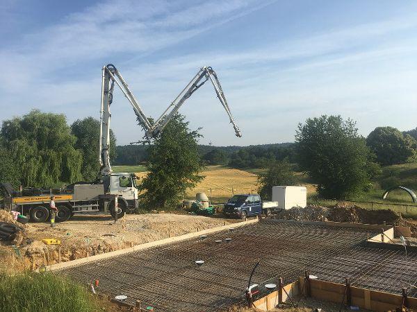Aufbau der Betonpumpe und Vorbereitung zum Betonieren
