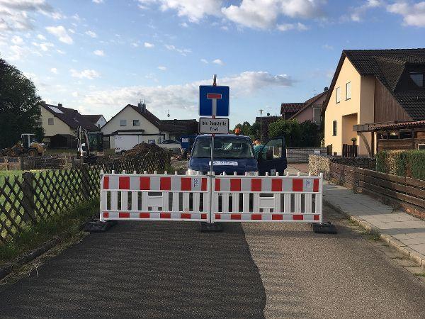Absperrung der Straße für den Aufbau der Betonpumpe