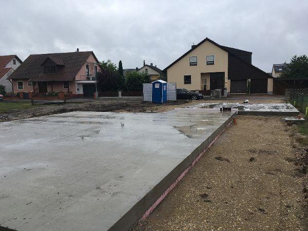 Fertige Bodenplatte für das Fertighaus und die Garage