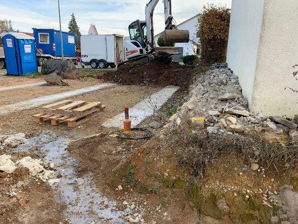 Aushub und Betonieren der Streifenfundamente für die Fertiggarage und die Stützwand
