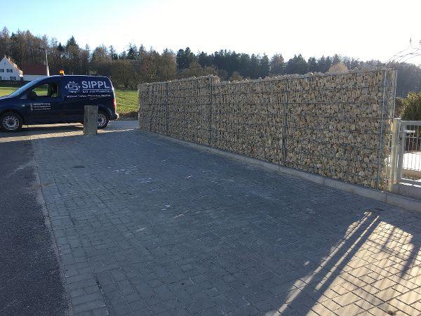Fertiger Parkplatz und Gabionenmauer als Sichtschutz