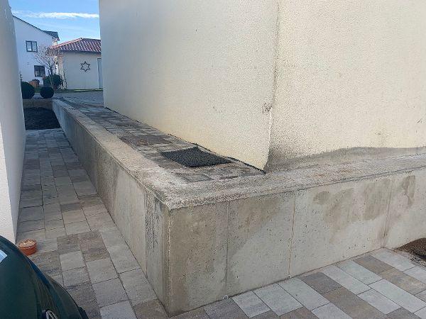 Stützmauer zwischen der Bestandsgarage und der neuen Fertiggarage