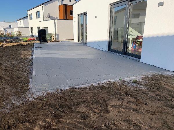 Fertig belegte Terrasse mit Terrassenplatten aus Beton 60×40×4cm
