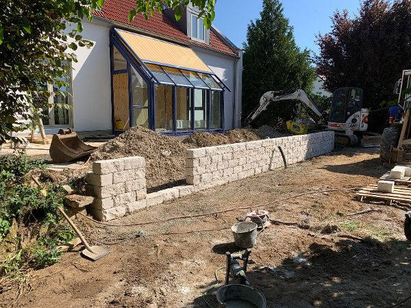 Herstellung der Mauer aus Jura-Kalkstein für den Ausgleich des Geländeniveaus