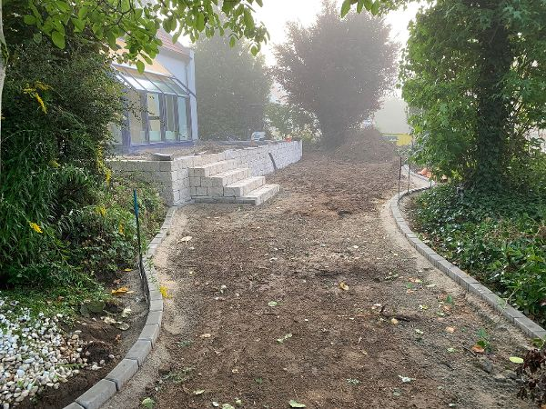 Einbau von gesiebtem Humus in die Gartenfläche