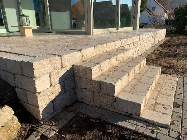 Treppenkonstruktion mit Mauersteinen aus Jura-Kalkstein und Mähkante aus Betonsteinen