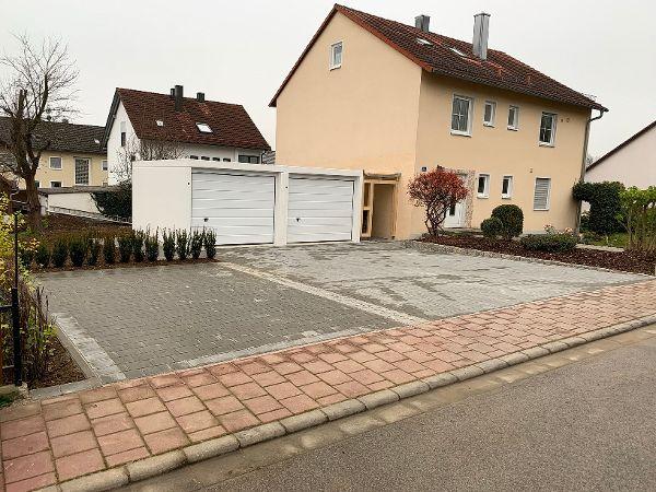 Fertige Garagenzufahrt zur neu errichteten Fertiggarage
