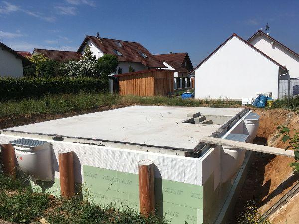 Der fertige neue Keller in der freigemachten Baugrube