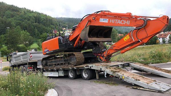 Anlieferung des Kettenbaggers per Lkw mit Tieflader