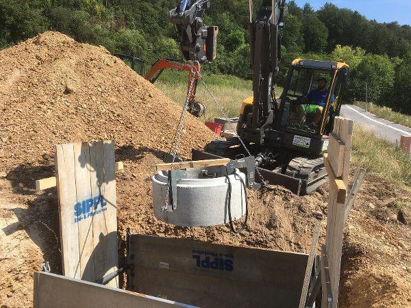 Einheben des Bodenteils in den Verbau
