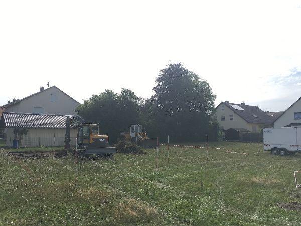 Baugrubenaushub und Abfuhr des Aushubs durch den Radlader