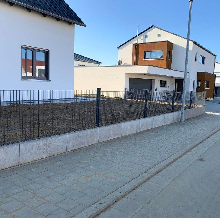 Außenanlagen und Gartenzaun für einen Neubau